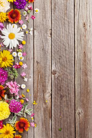 Tuin bloemen over houten tafel achtergrond. Achtergrond met kopie ruimte Stockfoto