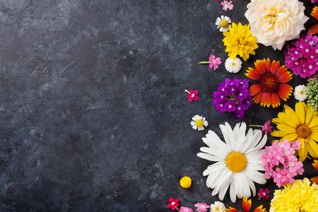 石のテーブルの背景の上の庭の花。コピー領域と背景