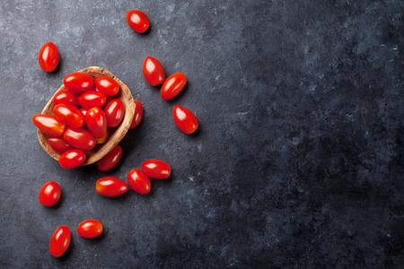 石のテーブルの上のチェリー トマト。コピー スペース平面図