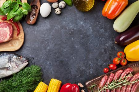 Gemüse, Fisch, Fleisch und Zutaten kochen. Tomaten, Auberginen, Mais, Rindfleisch, Eier. Draufsicht mit Kopie Platz auf Steintisch Standard-Bild - 62201946