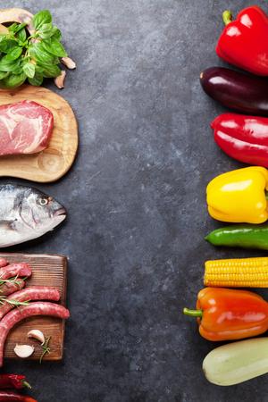 野菜、魚、肉、料理の食材。トマト、ナス、トウモロコシ、牛肉、卵、チーズ。石のテーブルにコピー スペース平面図