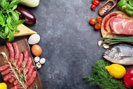 야채, 생선, 고기와 요리 재료입니다. 토마토, 고추, 옥수수, 쇠고기, 계란. 돌 테이블에 복사 공간 상위 뷰 스톡 콘텐츠
