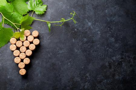 De wijn kurkt druivenvorm en wijnstok op steenlijst. Bovenaanzicht met kopie ruimte voor tekst