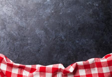 Handdoek over stenen keuken koken tafel. Bovenaanzicht met een kopie ruimte