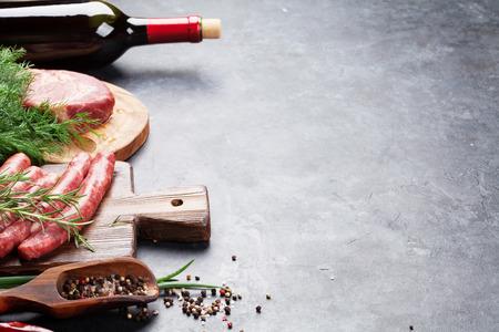 Wurst, Fleisch, Rotwein und Zutaten zum Kochen. Auf Steintisch mit Kopie Raum Standard-Bild