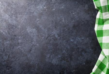 돌 부엌 요리 테이블에 수건입니다. 복사 공간 상위 뷰