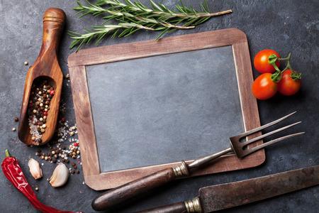 pepe nero: Lavagna in bianco per il testo, erbe aromatiche e spezie. Vista dall'alto sulla tavola di pietra con lo spazio della copia Archivio Fotografico