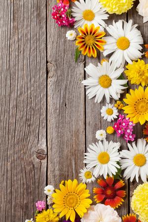 borde de flores: flores de jardín sobre fondo de la tabla de madera. Telón de fondo con copia espacio Foto de archivo