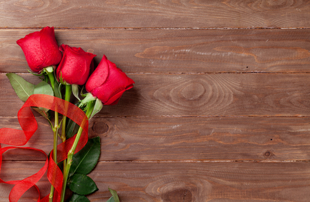 rosas rojas: Red roses bouquet over wooden background. Top view with copy space Foto de archivo
