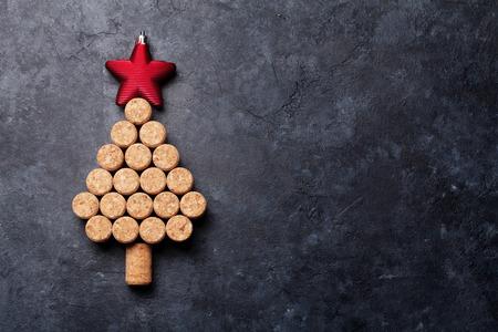 Wijn kurken vormde kerstboom op stenen tafel. Bovenaanzicht met kopie ruimte voor uw tekst