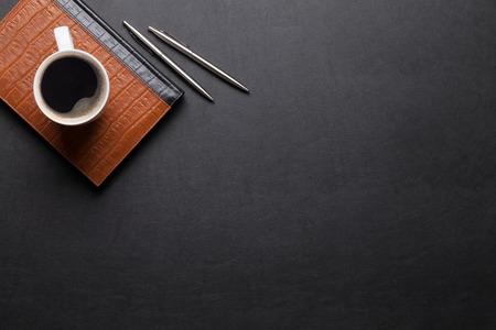 Büro Leder Schreibtisch Tisch mit Notizblock, Kaffee, Kugelschreiber und Bleistift. Ansicht von oben mit Kopie Raum
