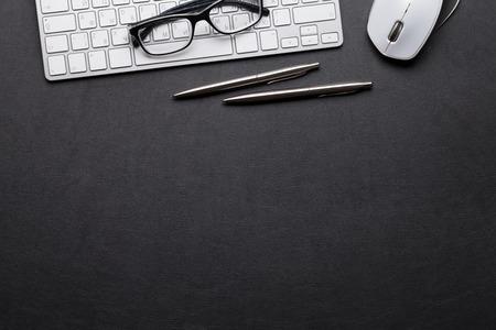 Scrivania da ufficio in pelle con pc, occhiali, matita e penna. Vista dall'alto con copia spazio Archivio Fotografico
