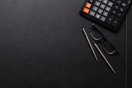계산기, 펜, 연필, 사무실 가죽 책상 테이블. 복사 공간 상위 뷰