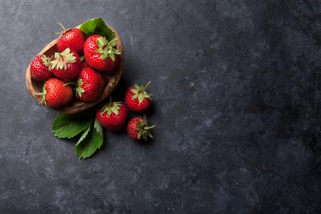 Frische Garten Erdbeere in der Schüssel auf Steintisch. Ansicht von oben mit Kopie Raum Standard-Bild - 65569637