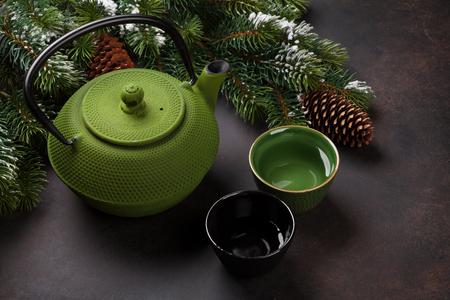Weihnachtsteekanne und Teetassen
