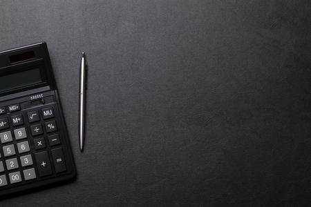 Table de bureau en cuir avec calculatrice et stylo. Vue de dessus avec espace copie Banque d'images