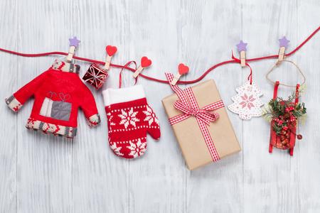 Decoración de Navidad y caja de regalo en cuerda sobre fondo de madera Foto de archivo