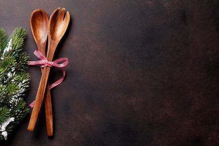 Weihnachtshintergrund mit Küchenutensilien. Weihnachtskochkonzept. Draufsicht mit Kopienraum für Rezept Standard-Bild
