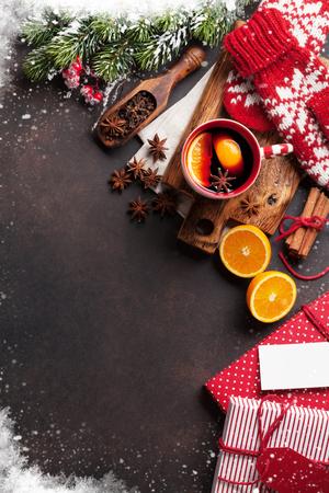 Ingredientes y vino caliente navideño. Vista superior con copyspace Foto de archivo