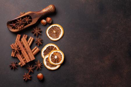 madera rústica: Ingredientes vino caliente con especias. Anís, canela y cardamomo en mesa de piedra. Vista superior con espacio de copia