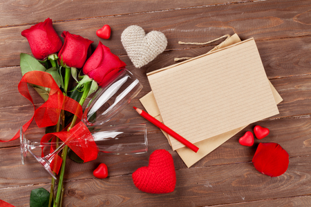 carta de amor: Love letter notepad, red roses and Valentines day hearts on wooden table. Valentines day concept