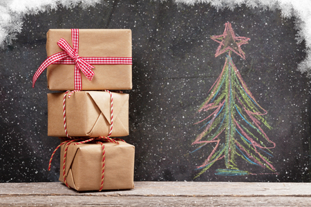 cajas navideñas: Christmas gift boxes and hand drawn xmas fir tree with snow