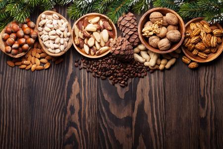 Verschillende noten op houten tafel. Bovenaanzicht met kopie ruimte Stockfoto