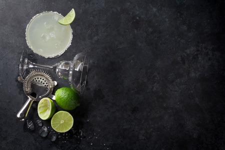 Margarita cocktail op donkere stenen tafel. Bovenaanzicht met ruimte voor uw tekst