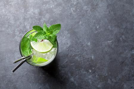 Mojito cocktail sul tavolo in pietra scura. Vista superiore con spazio per il testo Archivio Fotografico