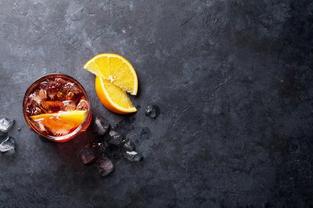 Negroni cocktail op donkere stenen tafel. Bovenaanzicht met ruimte voor uw tekst Stockfoto