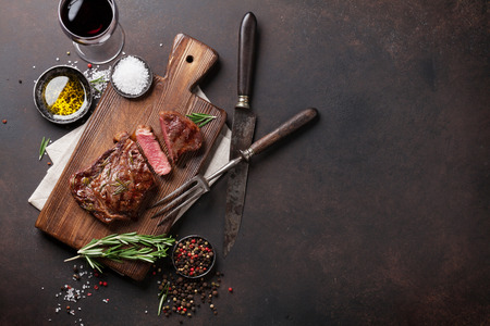 레드 와인, 허브와 향신료와 구운 된 ribeye 쇠고기 스테이크. 텍스트 복사 공간 상위 뷰