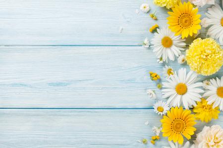 Tuin bloemen over blauwe houten tafel achtergrond. Achtergrond met kopie ruimte