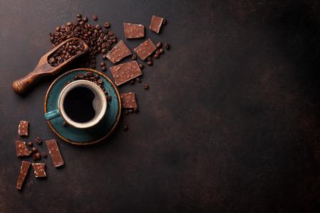 Koffiebeker, bonen en chocolade op oude keukentafel. Bovenaanzicht met copyspace voor uw tekst Stockfoto