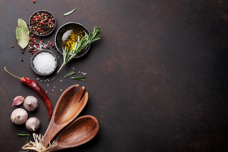 Tabela Gotowanie z ziół, przypraw i sztućce. Widok z góry z miejsca na kopię