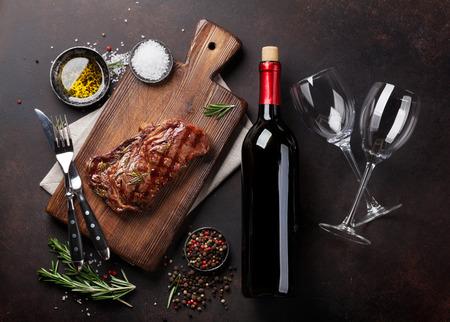 Gegrilde Ribeye Biefstuk Met Rode Wijn, Kruiden En Specerijen. Bovenaanzicht Stockfoto