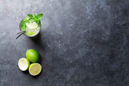 Mojito Cocktail auf dunklem Steintisch. Draufsicht mit Kopie Platz für Text
