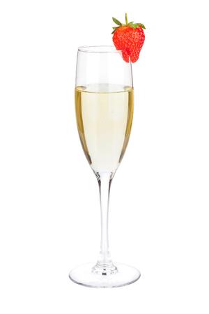 Sektflöte Glas mit Erdbeere. Isoliert auf weißem Hintergrund