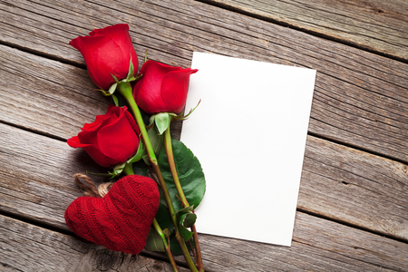 rose bouquet: Valentines day greeting card, red rose flowers and heart on wooden table. Top view with copy space
