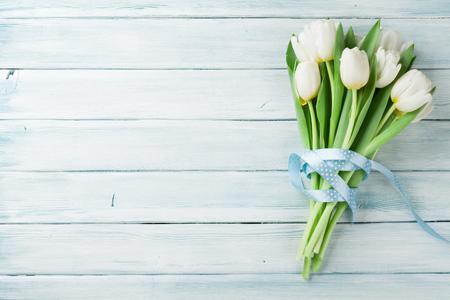 Weiße Tulpen Bouquet auf Holzuntergrund. Draufsicht mit Platz für Ihren Text Standard-Bild - 72112404