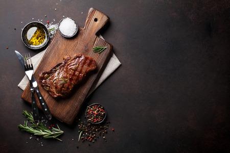 구운 ribeye 쇠고기 스테이크, 허브와 향신료. 텍스트 복사 공간 상위 뷰