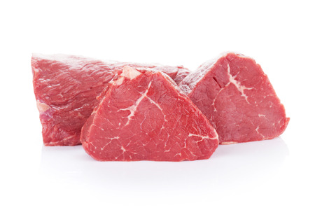 carne cruda: Fillet steak beef meat. Isolated on white background
