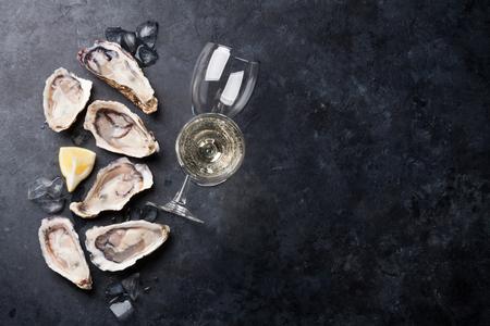 石のテーブルの上の白ワイン牡蠣、氷とレモンを開いた。半ダース。コピー スペース平面図