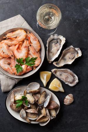 新鮮な魚介類、石のテーブルの上の白ワイン。トップ ビュー 写真素材 - 75623882