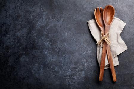 石のテーブルにタオルでスプーンを調理します。テキストのスペースのトップ ビュー 写真素材
