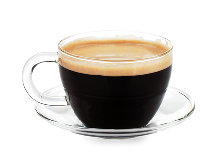 Café expreso en vaso de vidrio. Aislado en el fondo blanco
