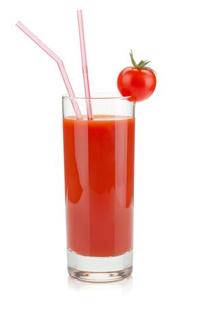 Tomatensaft im Glas. Isoliert auf weißem Hintergrund