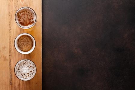 석재 테이블에 라 거 맥주 머그잔입니다. 복사 공간이있는 상위 뷰