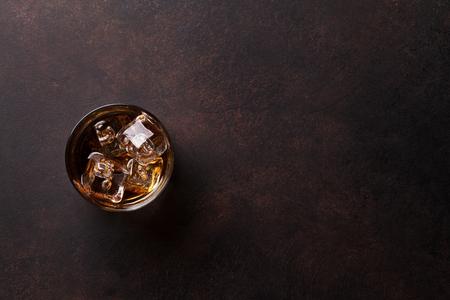 Whisky met ijs. Bovenaanzicht met kopie ruimte