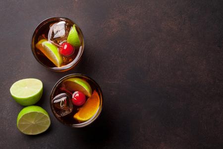 キューバ リブレのカクテル グラス。コピー スペース平面図