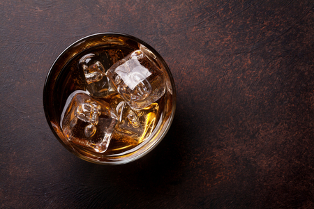 Whiskey with ice. Top view with copy space Standard-Bild